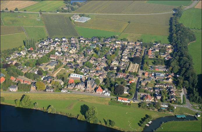 Appeltern tussen groene ruimte en de Maas.
