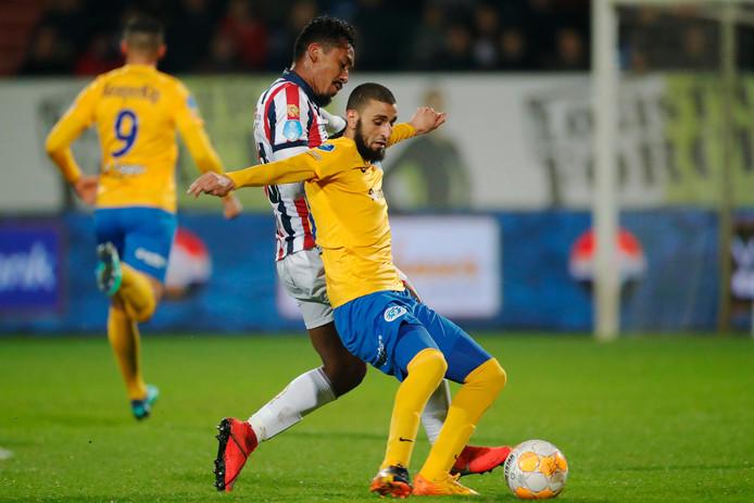 De Graafschap-middenvelder Youssef El Jebli schermt de bal af met Renato Tapia van Willem II in zijn rug.