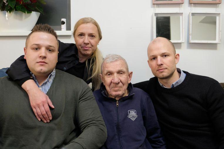 Nikolay Semenov (89) met dochter Yuliya, kleinzoon Nikolai (links) en kleinzoon Roman (rechts).