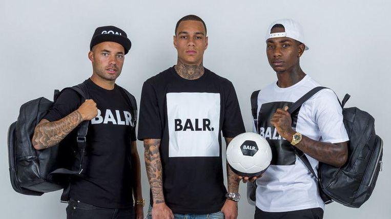 Profvoetballers Demy de Zeeuw, Gregory van der Wiel en Eljero Ella timeren aan de weg met het merk Balr. Beeld