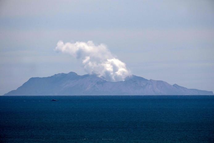 Dikke stoomwolken stijgen op uit de vulkaan op White Island.