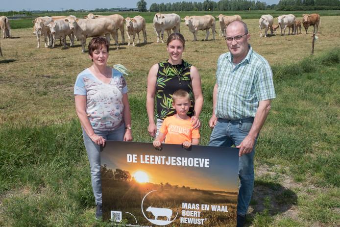 De boeren (v.l.n.r.) Bea Bosch, Alma Valentijn met zoontje Stijn en rechts op de foto Ad Lam. Zij wonen aan de Neersteindsestraat in Horssen en hebben alle drie tegelijk het predikaat Boert Bewust gekregen.