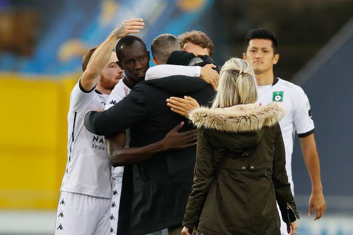 De Cercle-spelers namen Miguel Van Damme in hun armen.