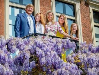 Koning Willem-Alexander en Máxima delen persoonlijke kerstkaart met stralend gezinsportret