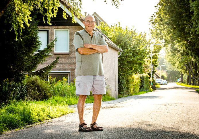 Drikus Vermaas (74) voor zijn oude huis aan de Schuringse-dijk: ,,Vroeger was Schuring een heel hechte, gezellige gemeenschap.''