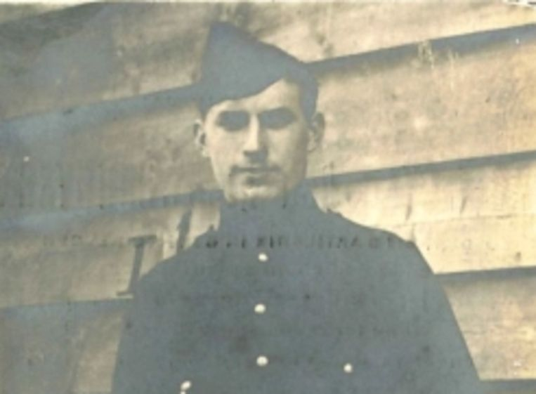 Portret van oud-strijder Karel Van Den Nieuwenhuysen. Hij overleed in 1919 op 25-jarige leeftijd in Jutland (Denemarken) ten gevolge van een ziekte die hij opliep tijdens zijn vierjarig krijgsgevangenschap in Duitsland.