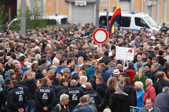 """De extreem-rechtse groepering """"Pro Chemnitz"""" betoogde vanavond om 18 uur voor de ingang van het stadion van Chemnitz FC."""