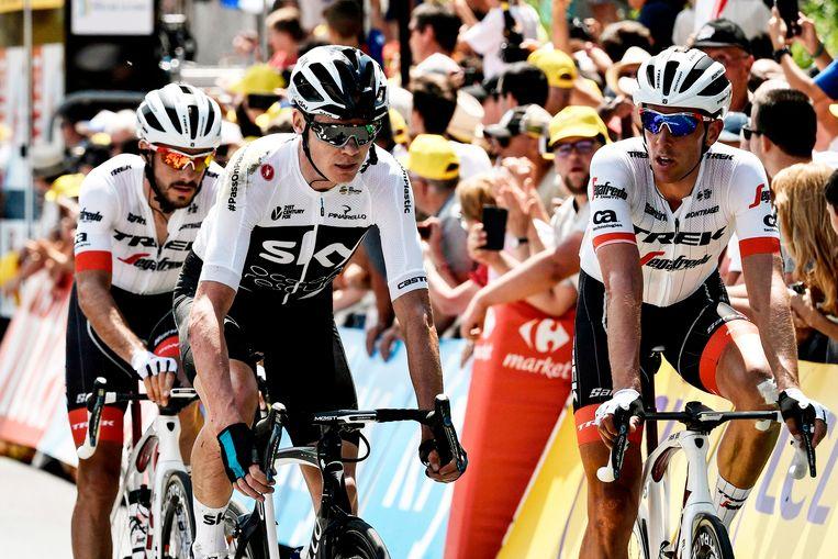 Froome komt op achterstand over de streep in gezelschap van renners van Trek-Segafredo Beeld AFP