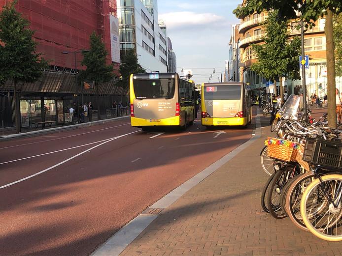 Fietsster hard ten val gekomen op kruispunt Vredenburg en Lange Viestraat in Utrecht