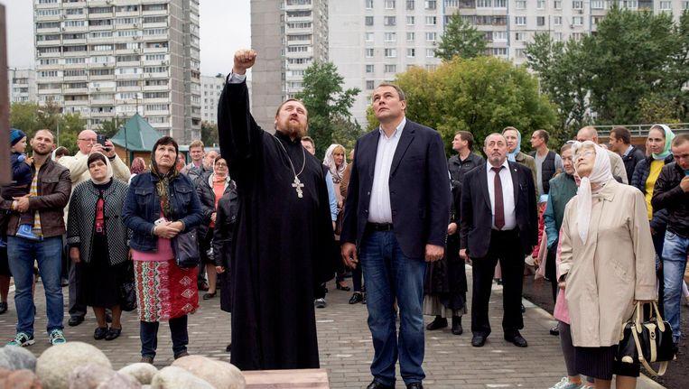 Pjotr Tolstoj bezoekt bewoners in het zuiden van Moskou. Beeld Yuri Kozyrev/ Noor
