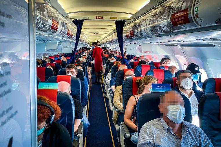 Een beetje beangstigend zo'n bomvol vliegtuig, maar tijdens de ochtendvlucht van Brussel naar Rome verloopt alles naar wens.
