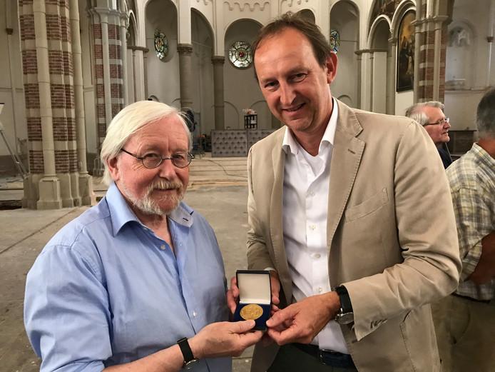 Wim Boers (rechts) overhandigt een gouden penning van zijn vader aan Henk Smeets van het Vughts Museum.