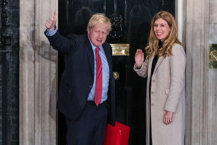Boris Johnson en Carrie Symonds (rechts) voor zij Downing Street 10 betreden. De Britten houden van hen allebei.