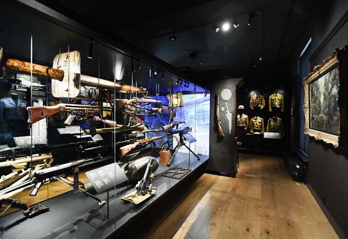 Vitrines met wapens en uniformen van vriend en vijand in Airborne Museum Hartenstein.