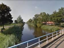 Drankrijder (19) rijdt auto het kanaal in bij Hellendoorn