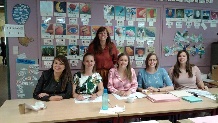 Charlotte, Lyske, voorzitter Caro (achteraan), Elien, Jana en Laura in hun stembureau