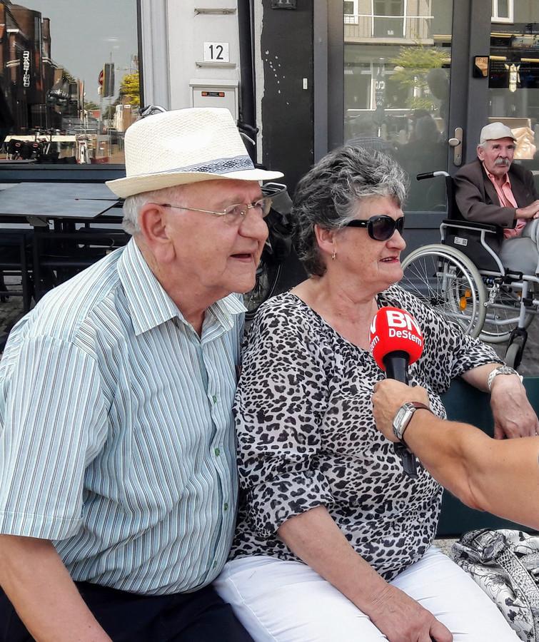 Piet Gelens uit Zevenbergen en zijn vriendin Correke worden geïnterviewd door de krant.