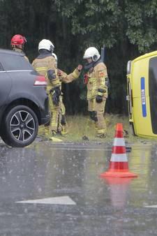 Medewerkster ambulance raakt zelf gewond bij ongeval in Holten