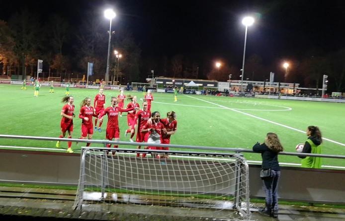 Ashleigh Weerden (met wit ondershirt) was na haar vroege 1-0 het middelpunt van de feestvreugde. In het vervolg kwamen alle Twentse goals van Joëlle Smits.