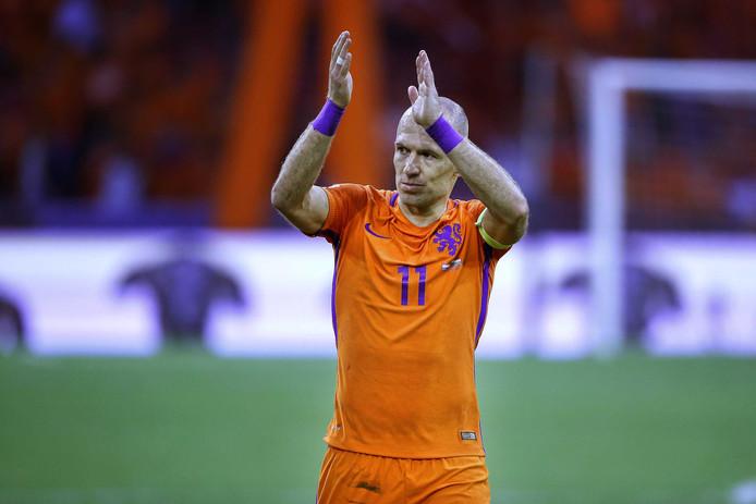 Arjen Robben bedankt publiek in zijn eentje.
