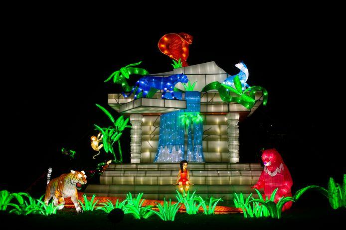 Tijger Shere Khan, Mowgli en Baloo voor de tempel.