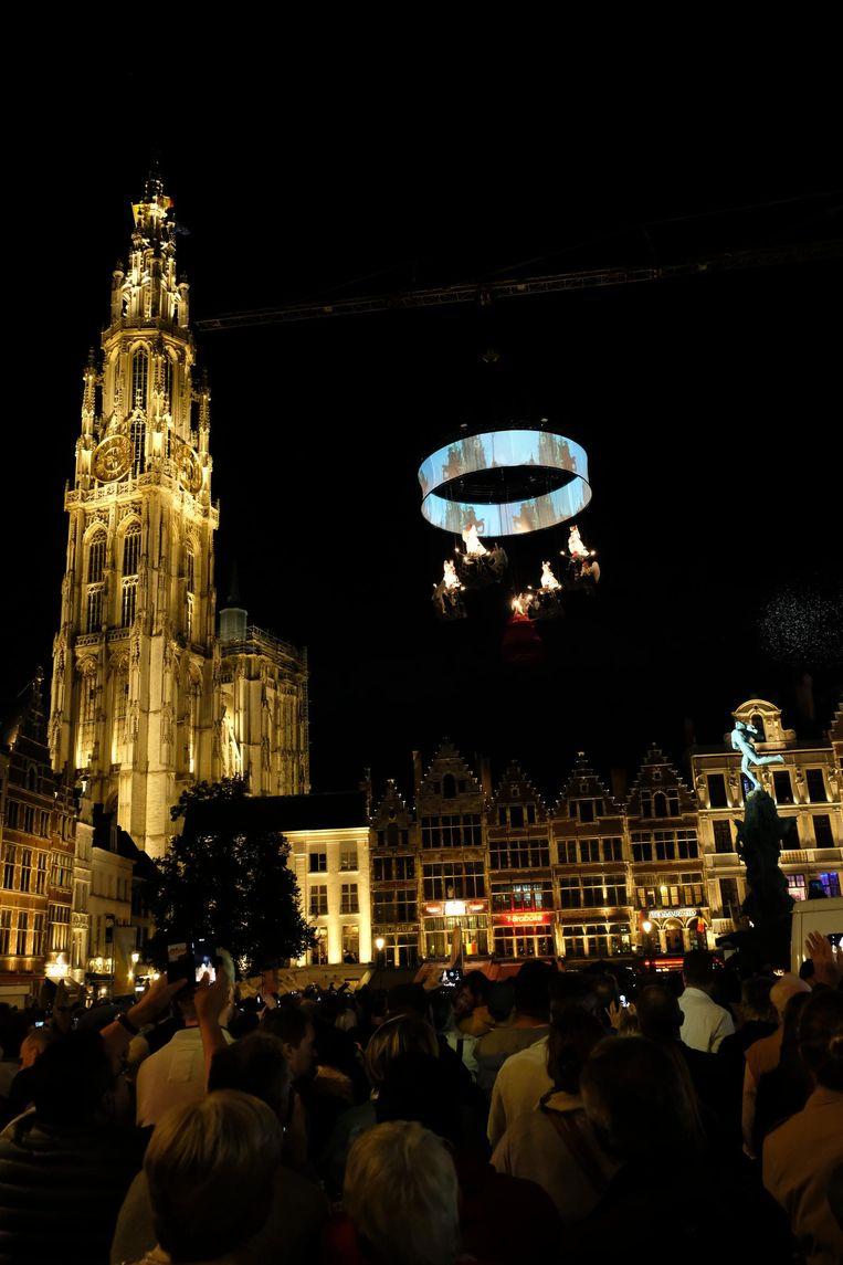 Op 1 september werd onder grote belangstelling én met een show van de luchtacrobaten van Theater Tol de nieuwe verlichting van de kathedraal getoond. Die baadt voortaan in het licht van 780 ledlampjes.