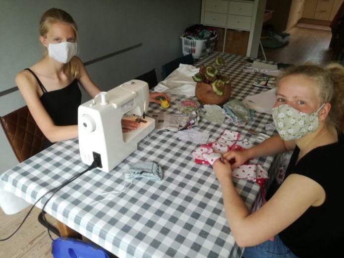Anna en Linde van babbelkapjes.nl zitten uren achter de naaimachine.