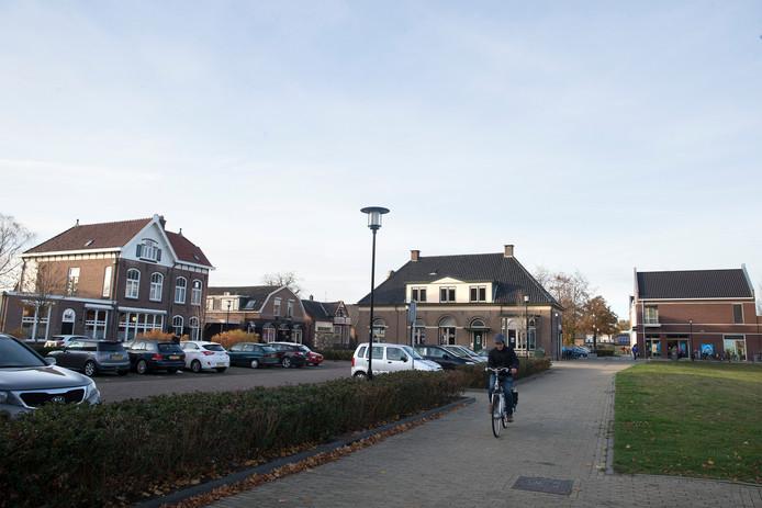 Een plek in het centrum van Hengelo waar de komende jaren veel gaat veranderen. Rechts het grasveld waar het nieuwe gezondheidscentrum moet komen, in het midden het oude gemeentehuis, links de Raadhuisstraat. Foto Theo Kock
