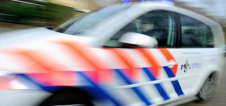 Politie rijdt auto klem op Leusderweg