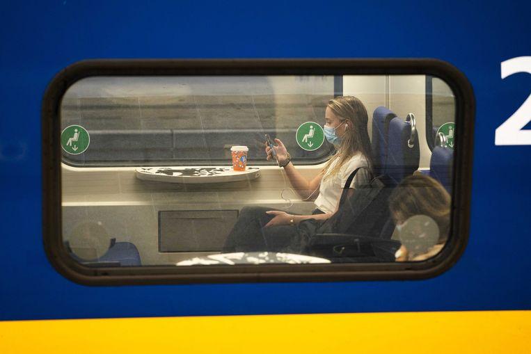 Het openbaar vervoer is er vanaf 1 juli ook weer voor niet-noodzakelijke reizen. Het aantal passagiers is echter nog lang niet terug op het oude niveau. Beeld ANP