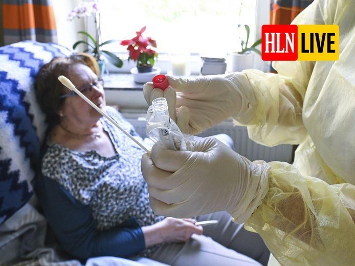 Zorgpersoneel neemt een coronatest af bij een bewoner van een rusthuis in Chatelet (Henegouwen). (Archieffoto)