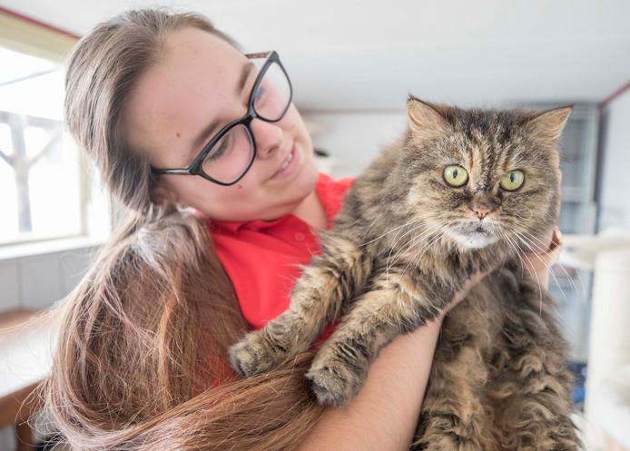 Dierenverzorgster Romy gaat met kat Ida op de foto.