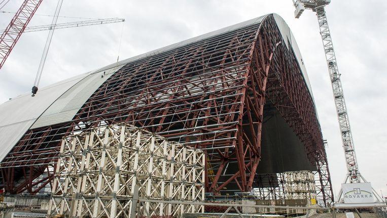 Bijna dertig jaar na de explosie van de kerncentrale in Tsjernobyl, in 1986, vordert nu de koepel die de straling van de Oekraïense centrale tegen moet houden. Beeld afp