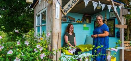 Buurvrouwen veranderen grasland in bloeiende tuin