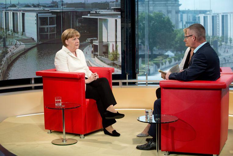 Merkel wordt geïnterviewd door twee journalisten Tina Hassel en Rainald Becker.
