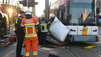 Opnieuw ongeval met tram in Antwerpen: autobestuurder gekneld na aanrijding, tram ontspoord
