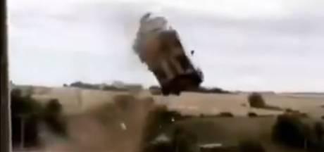 Ford-rijder mist bocht en vliegt tientallen meters door de lucht