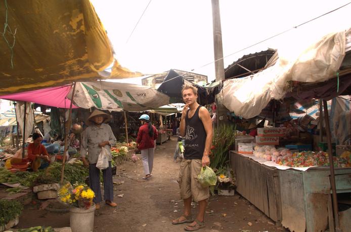 Zwollenaar Tieme Hermans (32) doet inkopen op een markt in Vietnam.