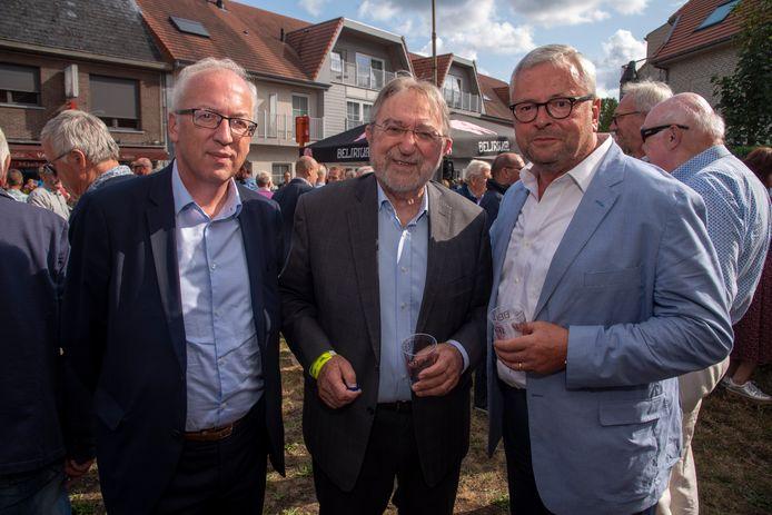 Oud burgemeester Marc De Pauw (rechts) kan eindelijk eens zorgeloos genieten van de koers in zijn eigen Destelbergen. In gezelschap met Herman De Croo en burgemeester Marnic De meulemeester van Oudenaarde.