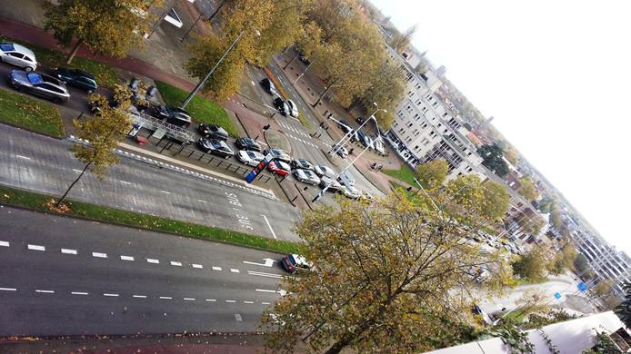 Rij auto's op de Stratumsedijk in Eindhoven; ook de kruising met de Jorislaan staat vol.