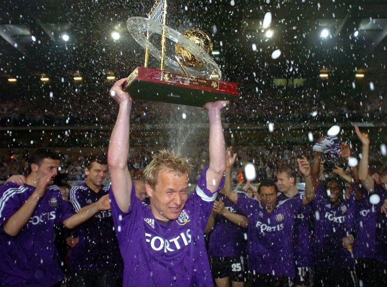Pär Zetterberg neemt in schoonheid afscheid van het voetbal. In 2006 viert hij zijn vijfde titel met Anderlecht, na 3-0 winst tegen Zulte Waregem.