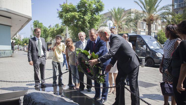 De kranslegging door burgemeesters Ron Huldai en Van der Laan Beeld Edmée van Rijn