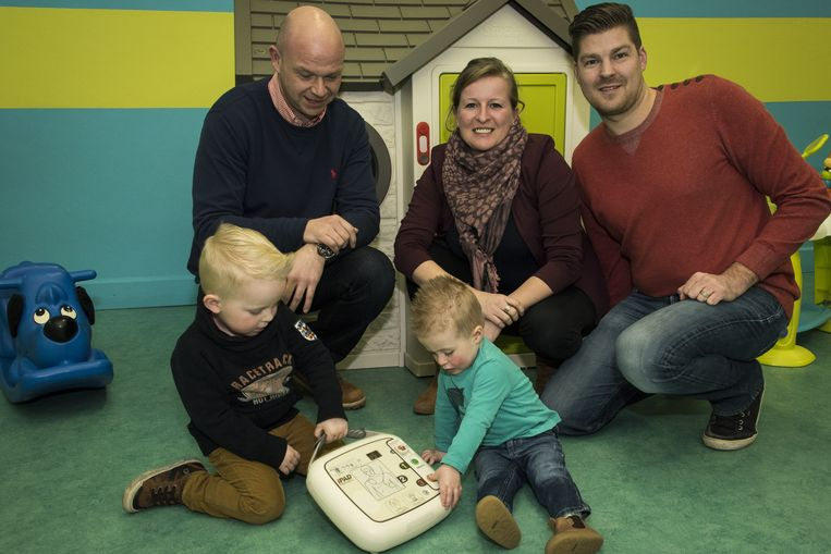 Dave Noiron toont het reanimatietoestel aan Els Vercammen en Maarten Verckens van het kinderdagverblijf.