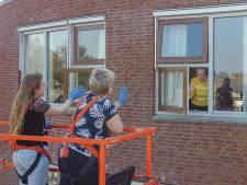 Bijzonder! Familie in hoogwerker op bezoek bij bewoners zwaar getroffen zorgcentrum Hasselt