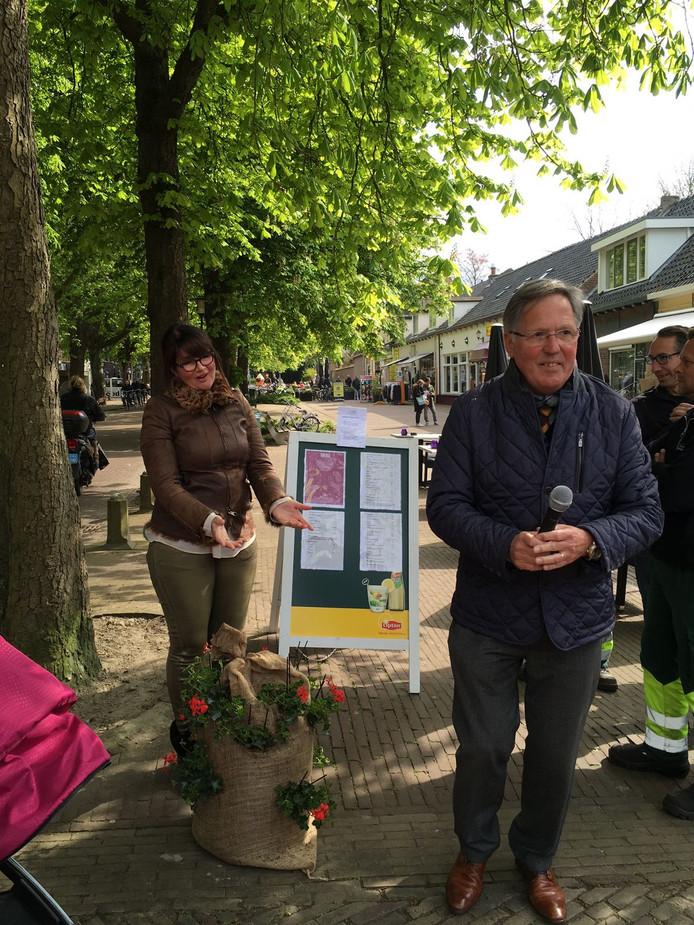 Ellie Provoost van de ondernemersvereniging en burgemeester Gerard Rabelink.