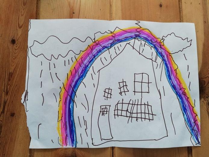 'Clasie heeft een tekening voor opa en oma gemaakt. Nu dat hij niet naar buiten mag vanwegen het feit dat hij in de risico groep hoort. Net als opa en oma die ook risico zijn en waar door hij ze nu minder vaak ziet als normaal.'