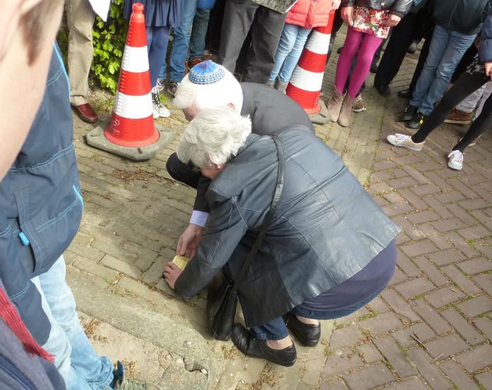 Louis Stranders en zus Loes leggen de Stolperstein voor hun omgekomen zusje Greetje.