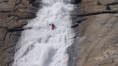 VIDEO. Kajakker vaart met 65 km/u van waterval in Californië
