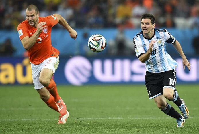 Ron Vlaar in duel met Messi.