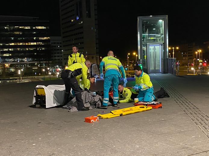 Een man is afgelopen nacht op het Jaarbeursplein in Utrecht mishandeld met een schaar en een kurkentrekker. De gealarmeerde hulpdiensten waren snel ter plaatse, maar het slachtoffer was toen al niet meer aanspreekbaar. De man is naar het ziekenhuis gebracht.